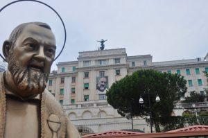 Padre Pio vor dem Casa Sollievo della Sofferenza in San Giovanni Rotondo