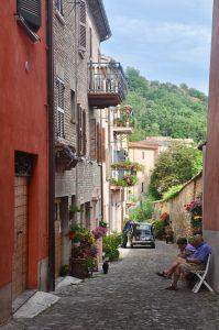 Gasse mit Fiat 500 in Urbania