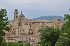 Blick auf die Stadt Urbino in den Marken