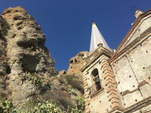 Die Kirche vor den Felsen in Pentedattilo in Calabria Kalabrien