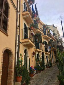 Eine schöne Gasse mir Balkonen und Kakteen in Chianalea bei Scilla Calabria Kalabrien
