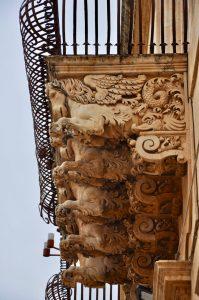 Sizilianischer Barock am Balkon des Palazzo Nicolaci di Villadorata in Noto