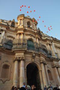 Sizilianischer Barock Kirche in Scicli Sizilein Sicilia mit Hochzeitsluftballons