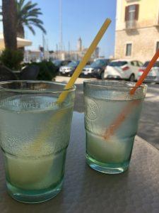 Granita Zitrone mit Sprudel vor der Cattedrale in Trani Puglia Apulien