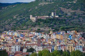 Der Blick auf Bosa in Sardinien mit dem Castello