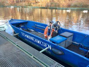 Das Boot des Schwanenwesen in Hamburg im Eppendorfer Mühlenteich