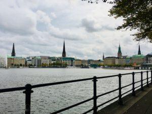 Blick über die Binnenalster auf die Stadt Hamburg