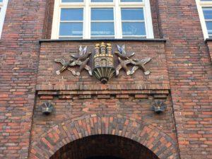 Das Hamburger Wappen an dem Gebäude der Finanzbehörde
