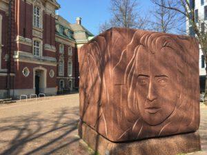 Der Gedenkquader an Johannes Brahms vor der Laeiszhalle
