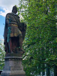 Statue von Graf Adolf III an der Trostbrücke in Hamburg