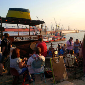 Atmosphäre im Beachclub Strand Pauli an der Elbe in Hamburg