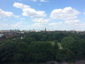 der Blick vom Energiebunker in Wilhelmsburg auf Hamburg
