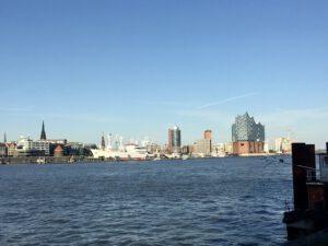 Die Skyline von Hamburg aus südlicher Richtung mit Elbphilharmonie