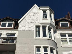 ein Haus mit Drachen als Dekoration im Giebel in der Straße Reetwerder in Bergedorf